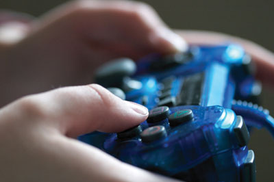 Playing video games reorganizes the brain's cortical network.