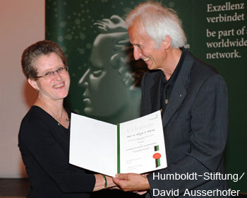 Roberta Klatzky accepts the Humboldt Research Award from Von Humboldt Foundation President Helmut Schwarz.