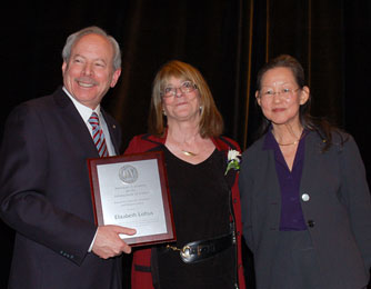Elizabeth Loftus accepting the award from AAAS CEO, Alan Leshner and then president, Alice Huang.