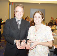 APS Executive Director Alan Kraut presents Michele Nathan, Managing Editor of Psychological Science, with an award recognizing her long and ongoing contribution to the highest-ranked empirical journal in psychology.
